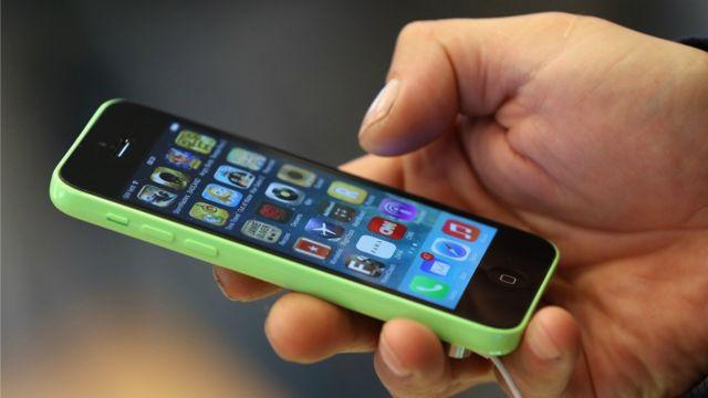 Un usuario sostiene su iPhone.