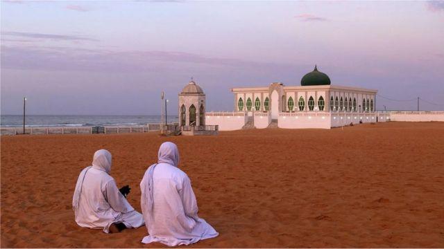 Lors des fêtes religieuses, les populations musulmanes et chrétiennes du Sénégal offrent des repas les uns aux autres.