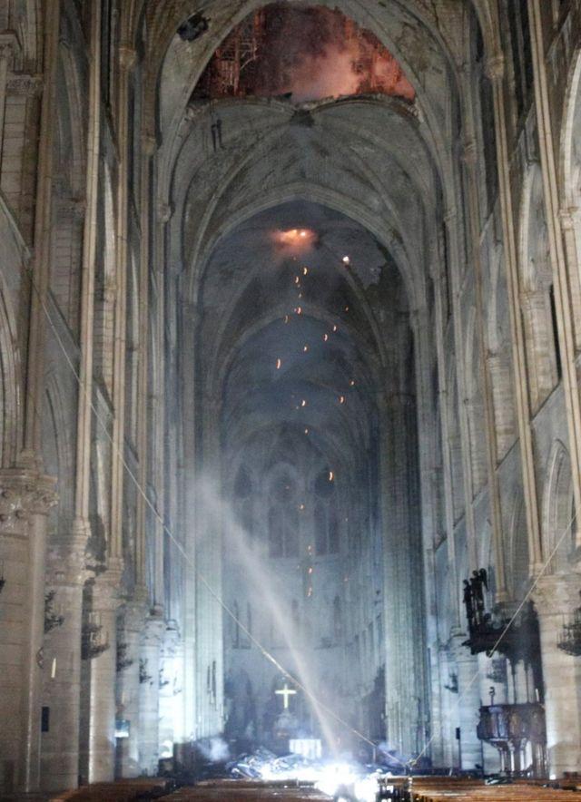 Unutrašnjost katedrale posle požara