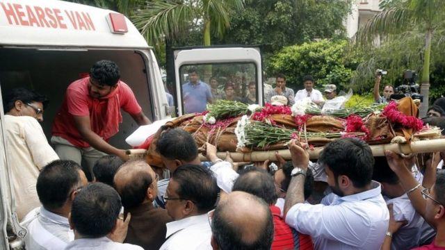 Cadáver de joven indio de 19 años en camino a ser cremado.