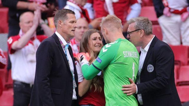 El portero de Dinamarca con la pareja de Eriksen