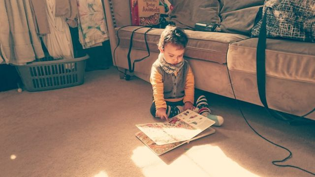 niño lee libro