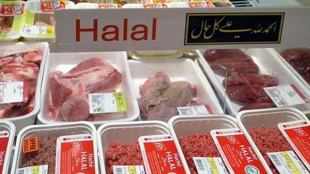 Bandejas de carne halal no mercado
