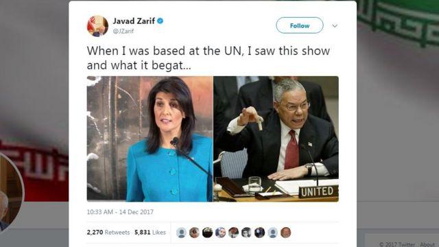 """جواد ظریف، وزیر خارجه ایران در توئیتر خود عکس خانم هیلی را در کنار عکس کالین پاول گذاشت و نوشت: """"این نمایش و عواقبش را وقتی در سازمان ملل بودم دیدم."""""""