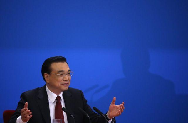 全人代閉幕を受けて記者会見する李首相(16日)