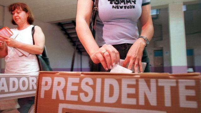 Una mujer deposita su voto en una elección mexicana