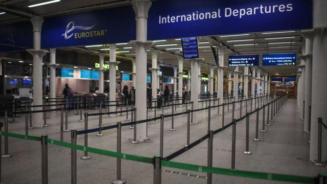Filas vacías en una estación de tren en Londres