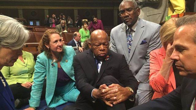 صورة لمعتصمين في الكونغرس منهم لويس