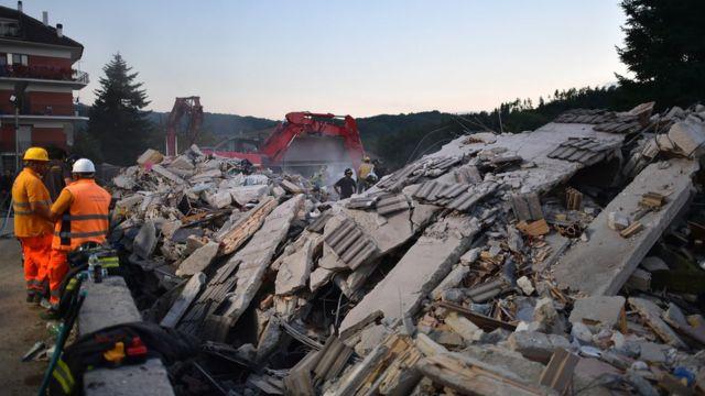 Resgatistas trabalham em meio a destroços em Amatrice