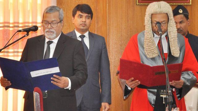 শপথ নিচ্ছেন প্রধান নির্বাচন কমিশনার কে এম নুরুল হুদা