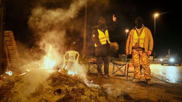 """En France, des manifestants surnommés """" Gilets Jaunes"""" le 24 décembre."""