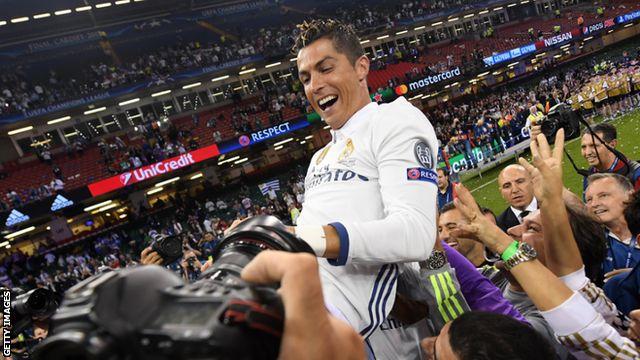 Cristiano Ronaldo yazamuwe mu kirere n'abakinnyi bagenzi be nyuma y'uko afashije Real Madrid gutwara igikombe