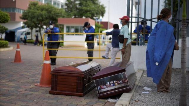 Dos ataúdes en una calle de Guayaquil