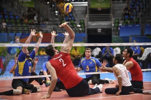 Mehrzadselakjani jugando al voleibol sentado.