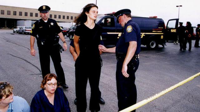 Julia es esposada por la policía durante una protesta en Ilinois en 2001