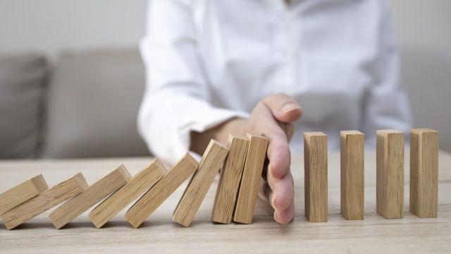 Un homme avec un domino finances : voici des recommandations d'un expert pour sortir de l'endettement et améliorer vos finances en 2021 -  116097949 gettyimages 1220370886 - Finances : voici des recommandations d'un expert pour sortir de l'endettement et améliorer vos finances en 2021