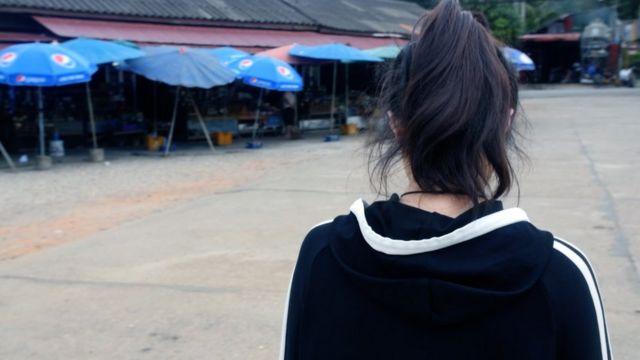 비가 오는 오후, 동남아 국가 버스정류장에 혼자 서있는 지연. 8년 만에 맞는 비라고 지연은 설명했다