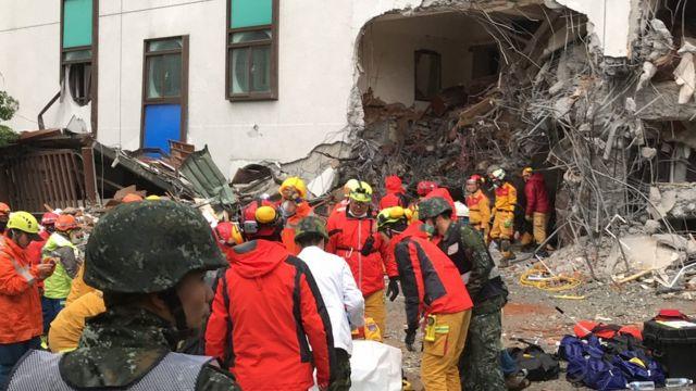 统帅大饭店倒塌的一隅,当时罹难者周志轩被抬送出来