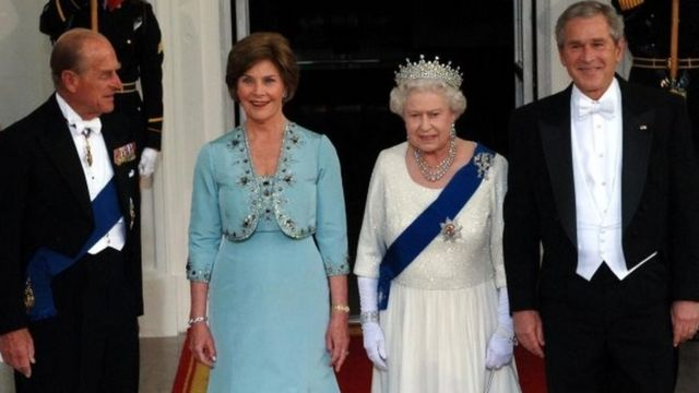 Pangeran Philip dengan mantan Presiden AS George W Bush di Washington pada 2007.