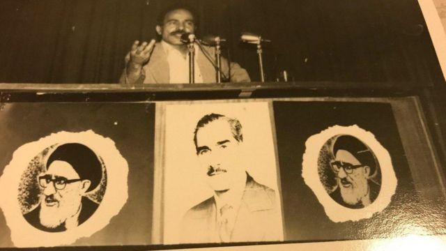 سخرانی حبیبالله پیمان و در کنار میز عکسهای آقای محمود طالقانی و محمد نخشب از چهرههای محبوب در میان چپهای مذهبی