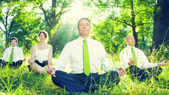 Empleados meditando.
