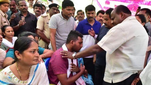 मारे गए लोगों के परिजनों से मिलते मुख्यमंत्री एचडी कुमारास्वामी