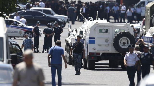 Полиция у захваченного участка