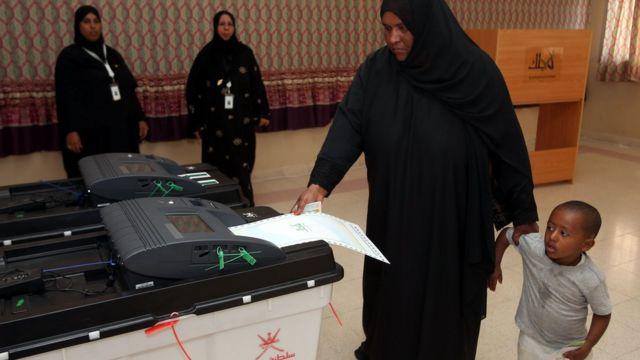 عمان أول دولة خليجية تمنح النساء حق التصويت
