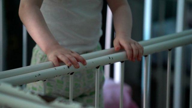 Ребенок в детское кроватке
