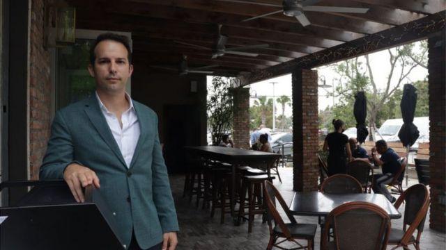 Carlos Gazitua em um de seus restaurantes