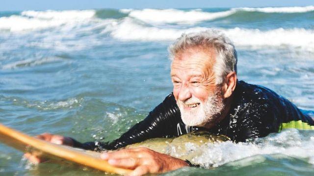 denizde yüzen adam