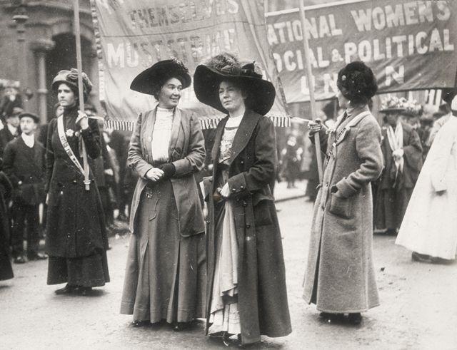Christabel Pankhurst (centro) durante una manifestación para obtener el voto femenino