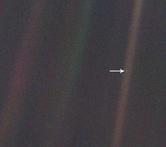 Un punto azul pálido: