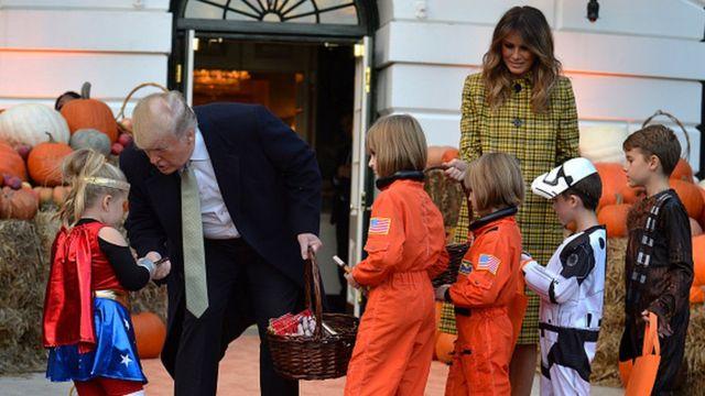 미국 도널드 트럼프 대통령과 부인 멜라니아 여사가 28일(현지시간) 백악관에서 열린 핼러윈데이 행사에서 어린이들에게 할로윈 간식을 나눠주고 있다