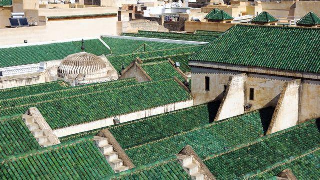 Techos verde de la universidad de Al Qarawiyyin en Fez, Marruecos.