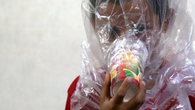 İdlib'de çocuklar, ellerindeki poşetlerle kendilerine gaz maskeleri yaptı.