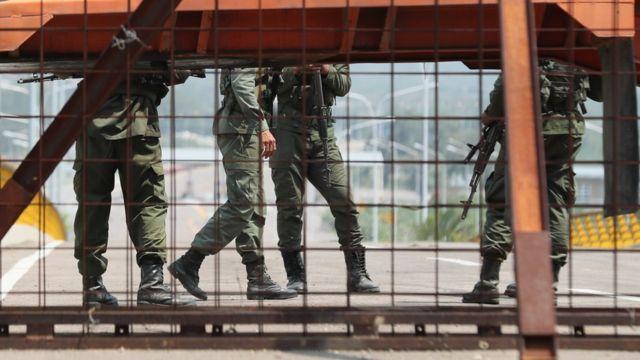 Efectivos de la Guardia Nacional Bolivariana cierran el paso en el puente Tienditas