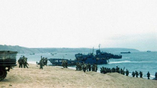Военнослужащие и техника на пляже Слэптон-Сэндс