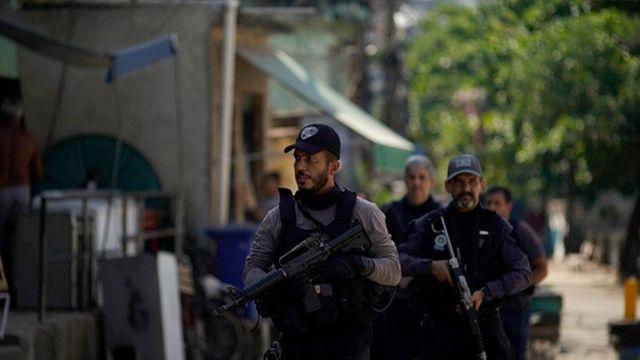 Policiais caminham pelas ruas da favela do Jacarezinho, no Rio de Janeiro