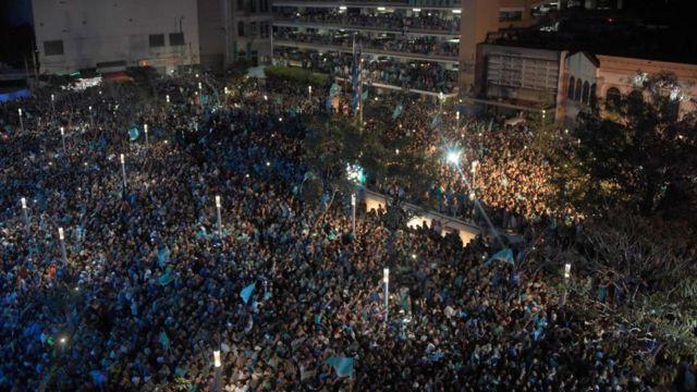 Miles de personas celebran la victoria de Bukele.