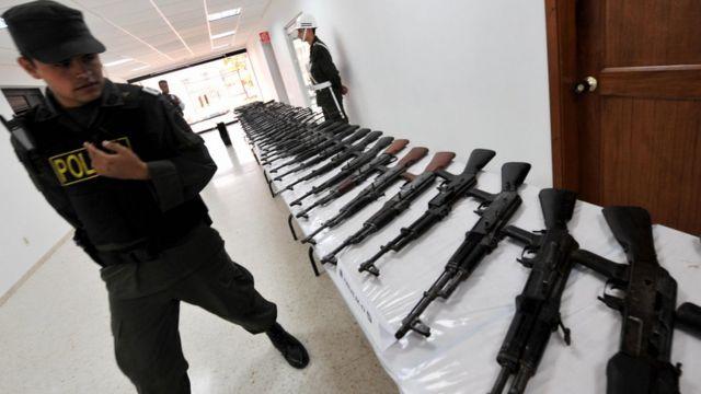 Fusiles AK-47 incautados en 2008 a una estructura llamada Águilas Negras.