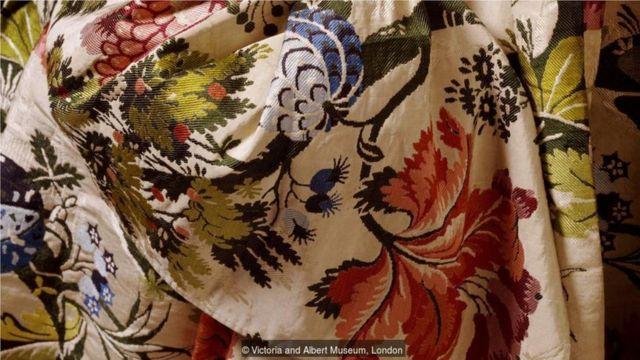 图中这块英国制的锦缎布料细节展现出十八世纪裙装设计師的灵感之源是来自于大自然。(Credit: Victoria and Albert Museum, London)