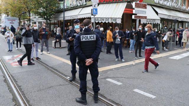 Policiais em rua de Nice