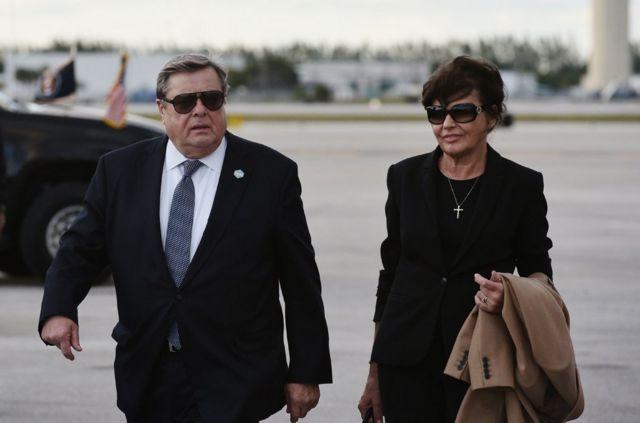 梅拉尼婭(Menalia Trump)的父親、比特朗普年長僅兩歲的維克托· 納烏斯 (Viktor Knavs) ,和比特朗普僅年長一歲的梅拉尼婭母親阿瑪利亞 · 納烏斯(Amalija Knavs)都是在梅拉尼婭的贊助下得到綠卡,並於2018年8月9日歸化成為美國公民。