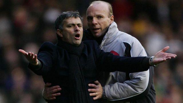 Steve Bennett (apa ọtun) to jẹ adari kẹ́rin n fa Jose Mourinho (apa osi) seyin nibi to ti n fehonu han lori papa