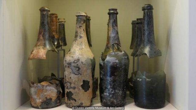 प्रदर्शनी में बीयर की बोतलें भी रखी गई थीं