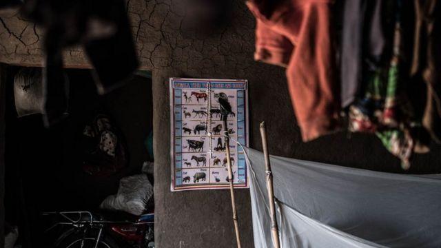 Edukativni poster na zidu Lone Kiji u Bibi Bibi kampu