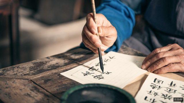Hombre escribiendo en chino