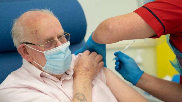 تطعيم رجل كبير في السن بلقاح فايزر في بريطانيا