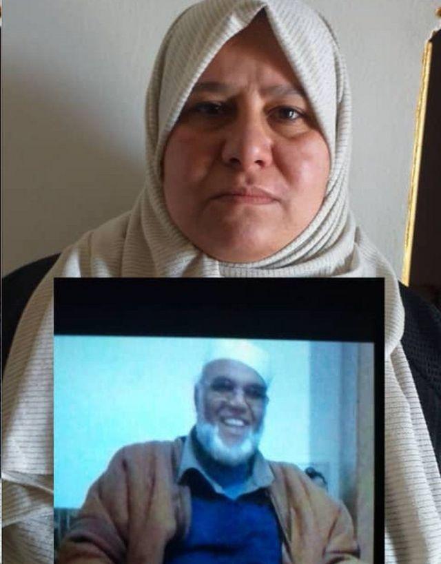 Η Hanan Abu Klich κρατά μια φωτογραφία ενός από τους θείους της που λείπουν